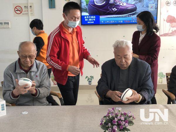 杭州百岁老人用上首批可兼杀病毒空间净化盒