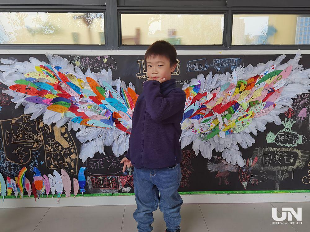 """杭城某小学一年级班级门口""""长""""出一对翅膀"""